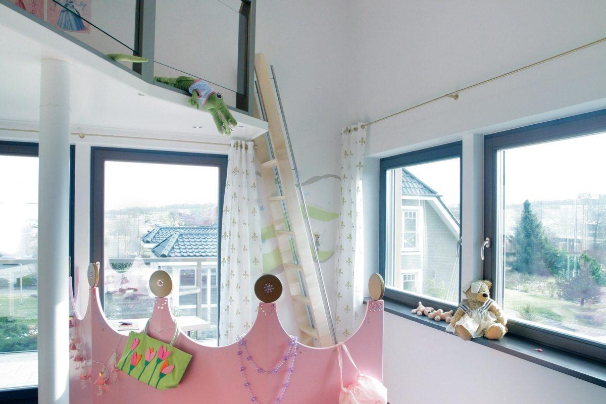 Plan E 15-214.1 - Eine Vase mit Blumen vor einem Fenster - Schrägdach