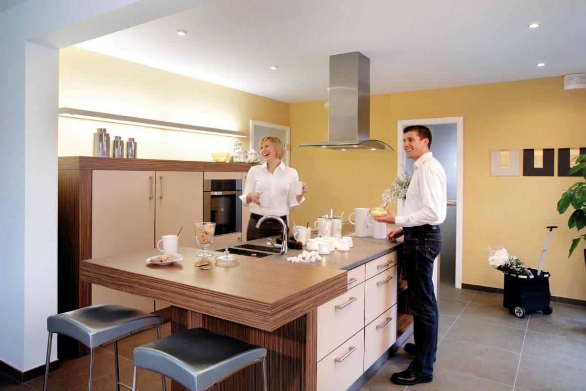 Plan E 15-214.1 - Ein Mann und eine Frau stehen in einem Raum - SchwörerHaus KG Musterhaus Mülheim-Kärlich