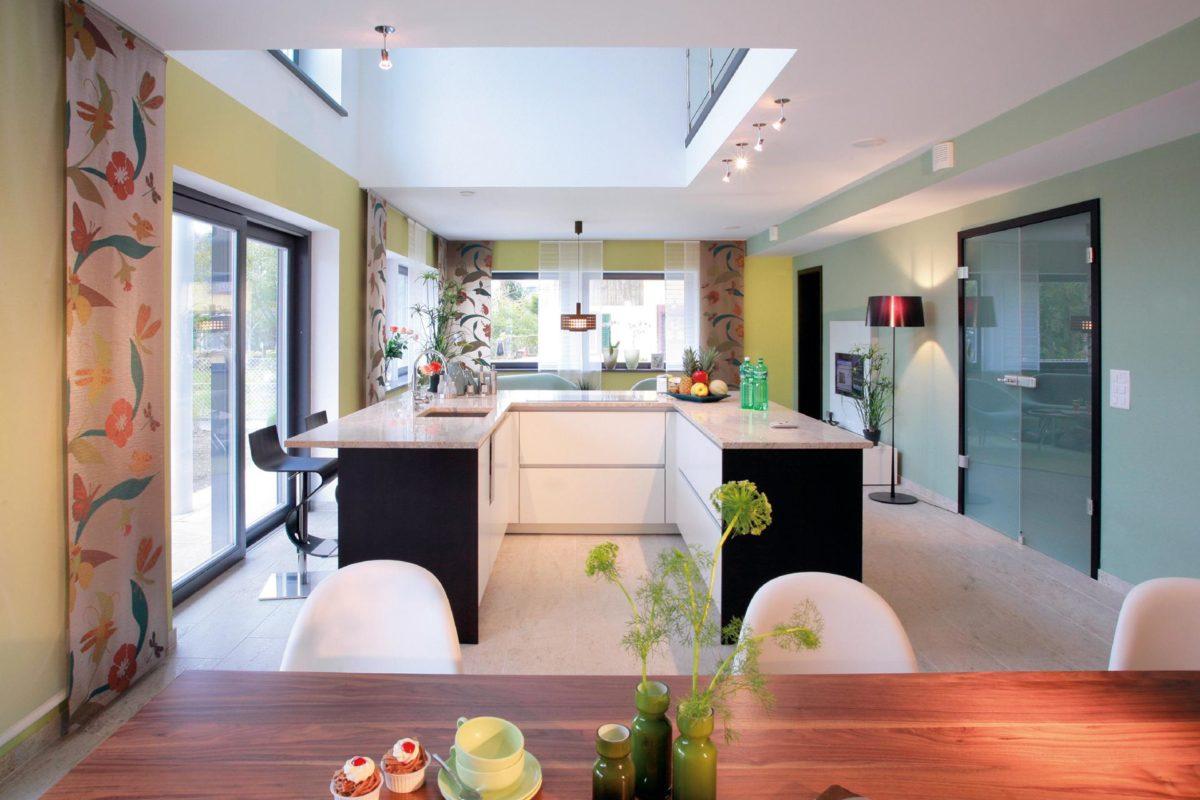 Musterhaus in Suhr - Ein Wohnzimmer mit Möbeln und Blumenvase auf einem Tisch - Blauen