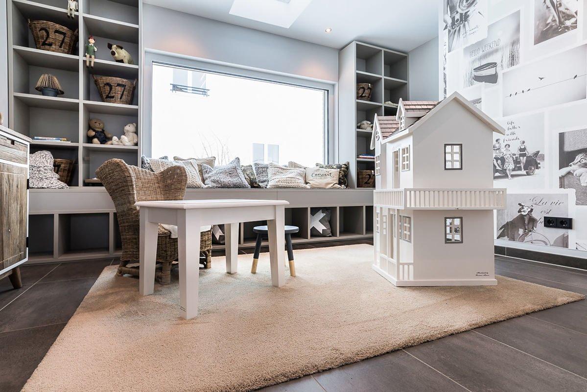 Musterhaus Medley 3.0 - Ein Wohnzimmer mit Möbeln und einem großen Fenster - FingerHaus