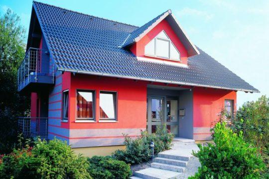 Musterhaus Fellbach Da Capo - Ein haus mit büschen vor einem gebäude - Messehaus & Garten Fellbach