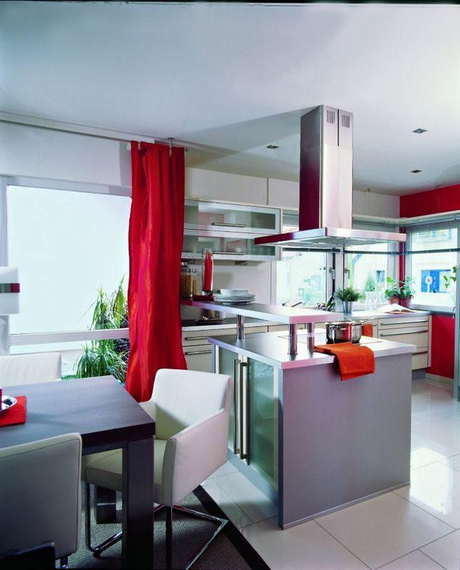 Musterhaus Fellbach Da Capo - Ein großer roter Stuhl in einem Raum - Interior Design Services