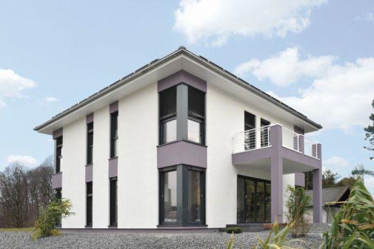 Musterhaus Frankfurt - Ein Haus mit Bäumen im Hintergrund - Frankfurt