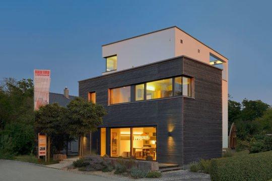 Musterhaus Poing - Ein leerer Parkplatz vor einem Haus - Bauzentrum Poing