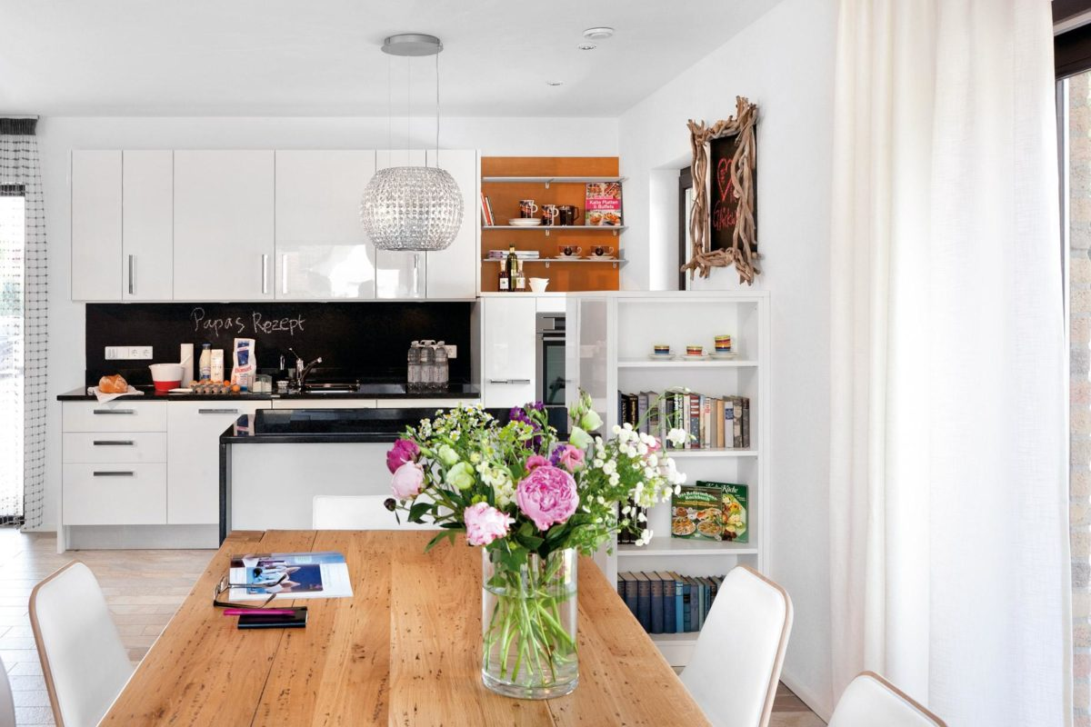 Plan E 15-140.1 - Ein Raum voller Möbel und Blumenvasen auf einem Tisch - Fertighaus