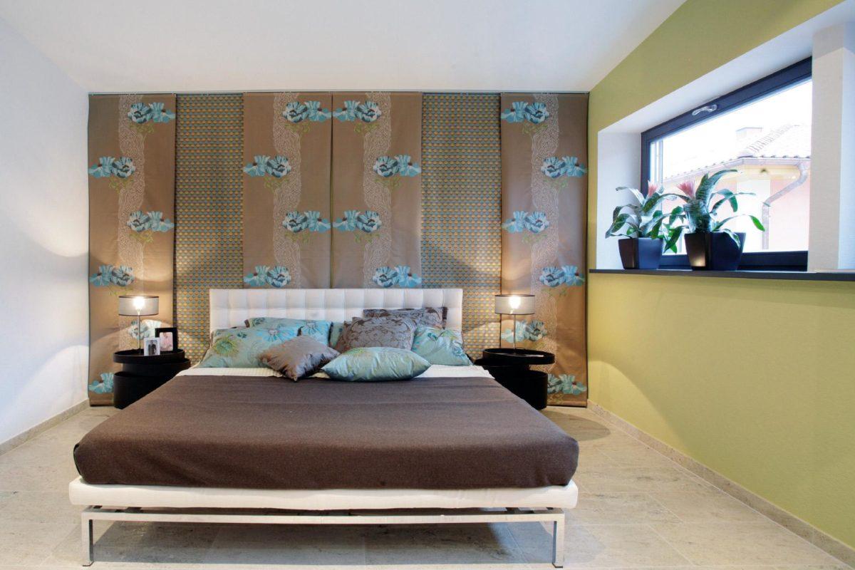 Musterhaus in Suhr - Ein Schlafzimmer mit einem Bett und einem Schreibtisch in einem Raum - SchworerHaus KG