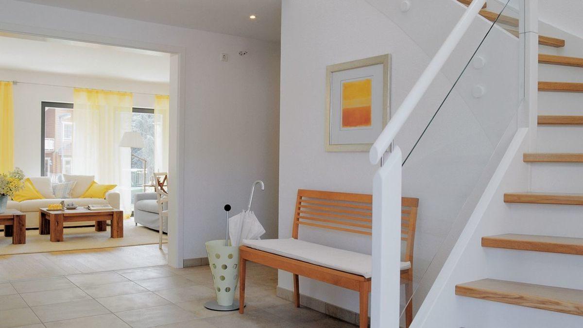Young Family Home 2 - Ein Wohnzimmer mit Möbeln und einem Kamin - Treppe