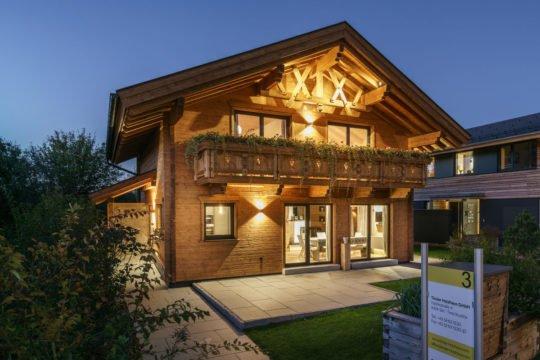 Musterhaus Poing - Ein Haus mit einem Schild an einem Backsteingebäude - Holzhaus