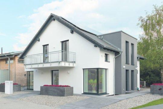Musterhaus Poing - Ein großes weißes Gebäude - Haus