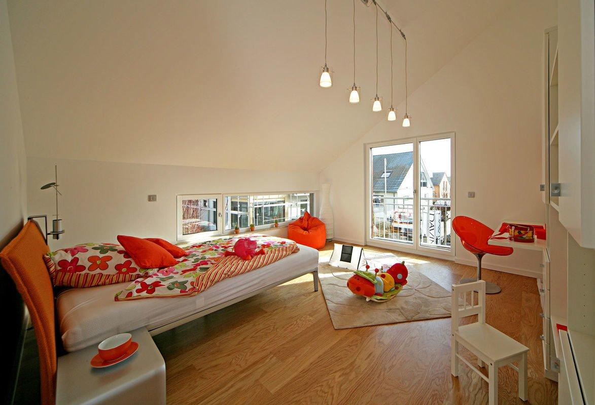 Plus-Energie-Haus Emotion - Ein Wohnzimmer mit Möbeln und einem Flachbildfernseher - Interior Design Services