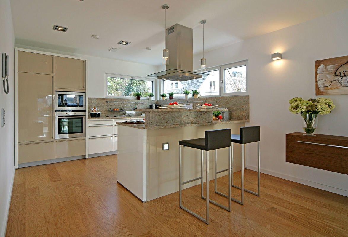 Plus-Energie-Haus Emotion - Eine Küche mit Holzboden in einem Raum - Klassische Küche