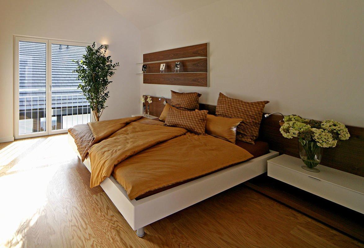 Plus-Energie-Haus Emotion - Ein Schlafzimmer mit einem großen Bett in einem Raum - Schlafzimmer