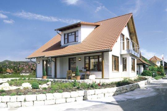 Family Classic - Eine Bank vor einem Haus - Messehaus & Garten Fellbach
