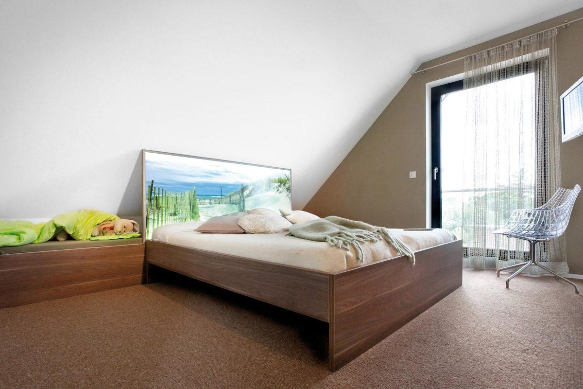 Plan E 15-140.1 - Ein Schlafzimmer mit einem Bett und einem Schreibtisch in einem Raum - SchwörerHaus KG Musterhaus Helmstorf
