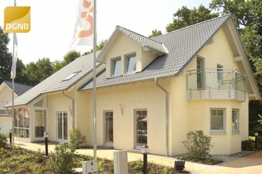 Twin Family - Ein Haus mit Bäumen im Hintergrund - OKAL Haus GmbH