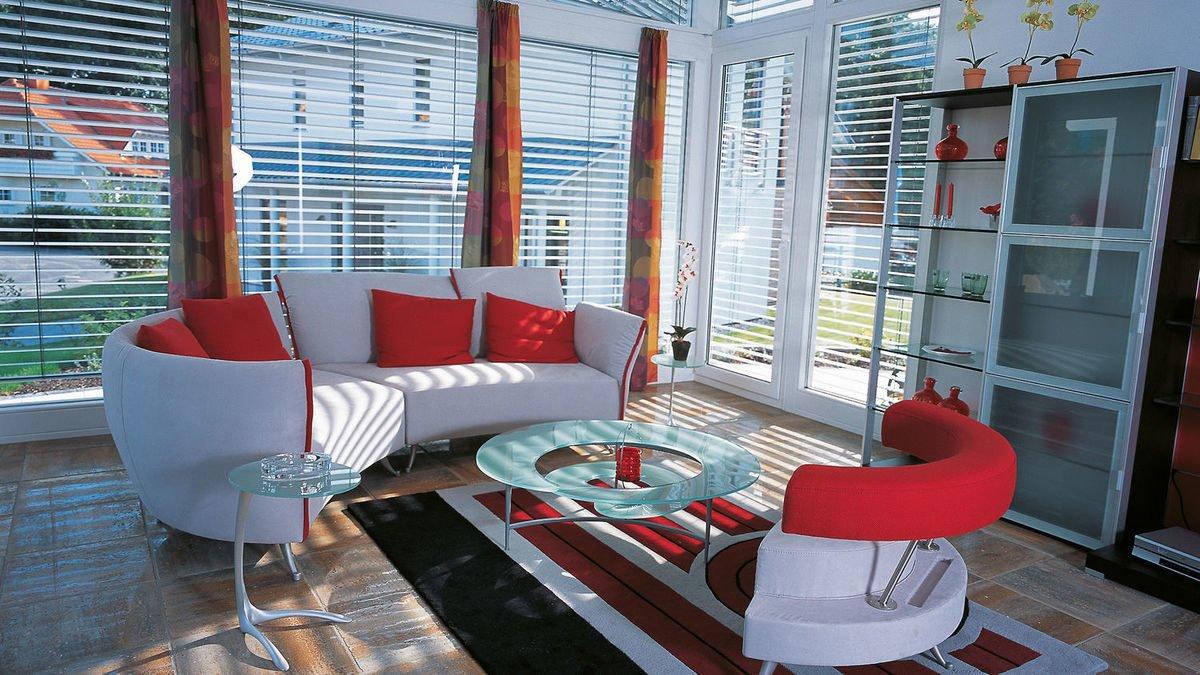 Evolution Königstein - Ein großer roter Stuhl im Wohnzimmer - Fensterabdeckung