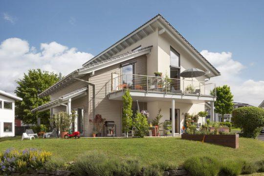 Young Family Home 2 - Eine große Wiese vor einem Haus - Haus