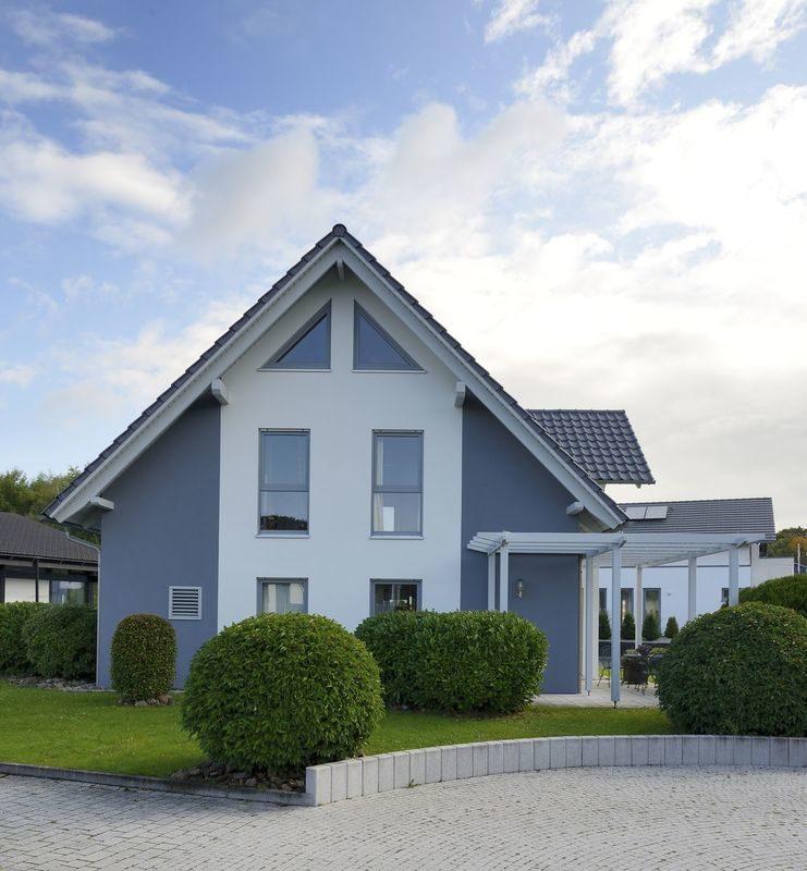 Musterhaus Bad Vilbel - Ein Haus mit Bäumen im Hintergrund - Haus