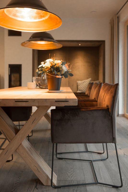 Musterhaus Poing - Ein Raum voller Möbel und Vasen auf einem Tisch - Bauzentrum Poing