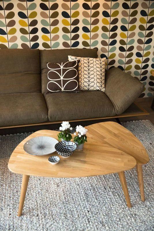 Musterhaus Poing - Ein Wohnzimmer voller Möbel auf einem Holzstuhl - Hintergrund