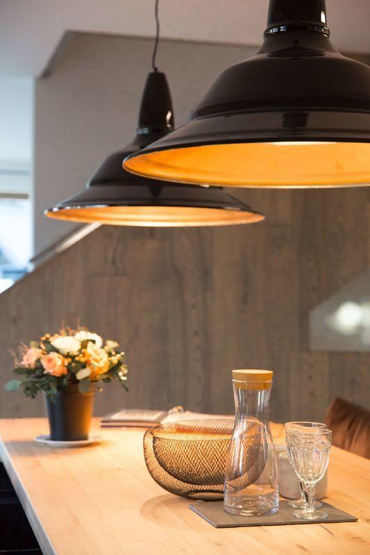 Musterhaus Poing - Eine Vase sitzt auf einem Holztisch - Regnauer Fertigbau GmbH & Co. KG