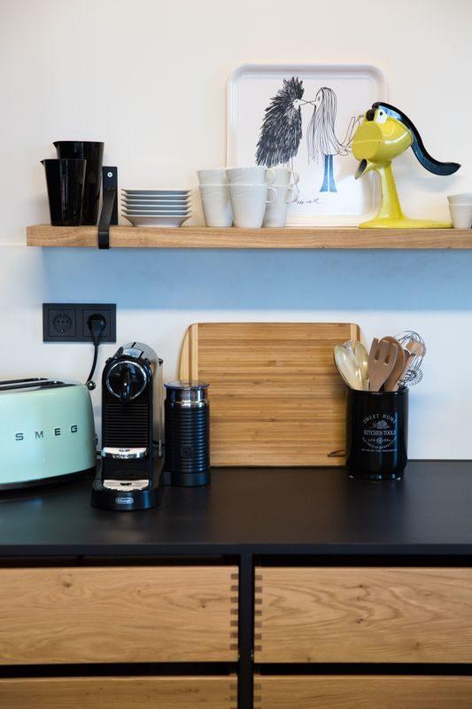 Musterhaus Poing - Eine Nahaufnahme von Gegenständen auf einem Holztisch - Zuhause
