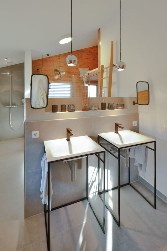 Musterhaus Poing - Eine Küche mit einem Tisch in einem Raum - Regnauer Fertigbau GmbH & Co. KG