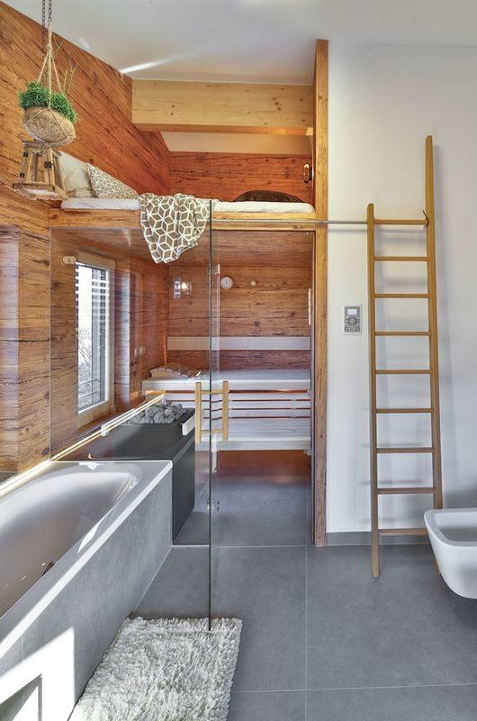 Musterhaus Poing - Eine Küche mit Holzschränken und einer Badewanne - Regnauer Fertigbau GmbH & Co. KG