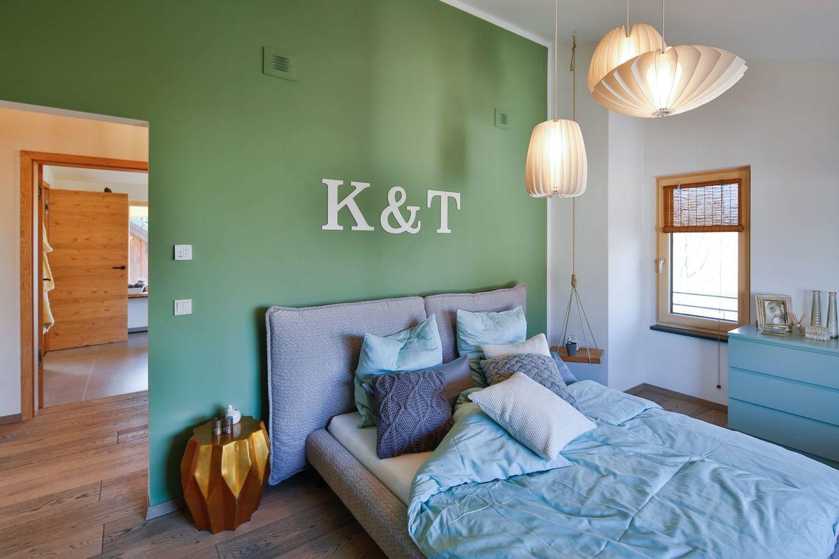 Musterhaus Poing - Ein Schlafzimmer mit einem Bett in einem Raum - Haus