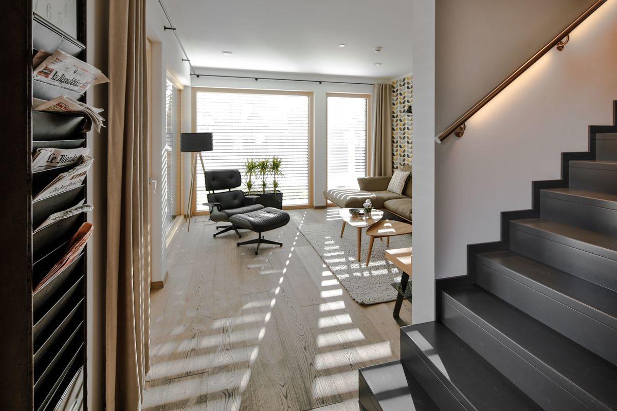 Musterhaus Poing - Ein Raum voller Möbel und ein großes Fenster - Haus