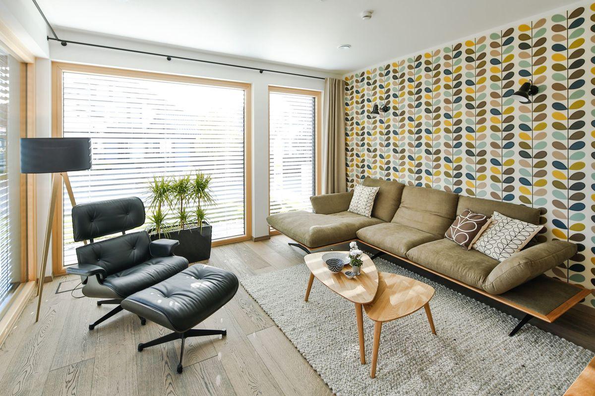 Musterhaus Poing - Ein Wohnzimmer mit Möbeln und einem großen Fenster - Regnauer Fertigbau GmbH & Co. KG