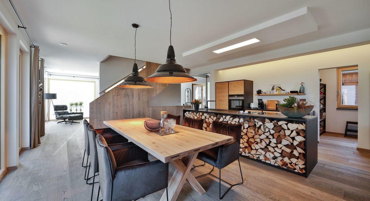 Musterhaus Poing - Eine Küche mit einem Esstisch - Regnauer Fertigbau GmbH & Co. KG