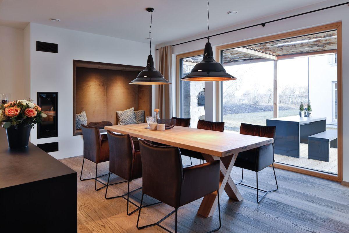 Musterhaus Poing - Ein Esstisch - Haus zeigen
