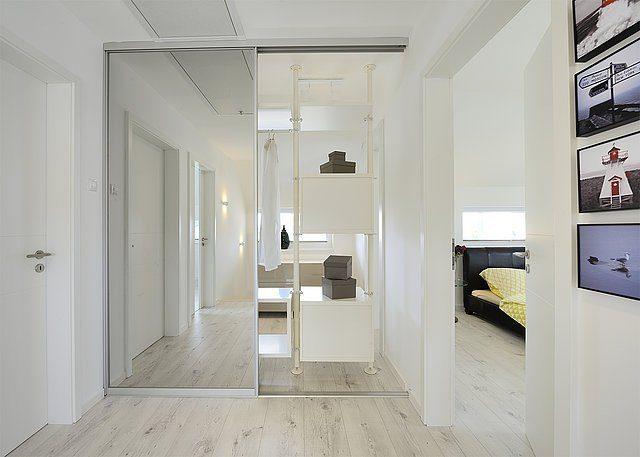 Musterhaus Schkeuditz - Ein großer weißer Kühlschrank in einem Raum - Dach