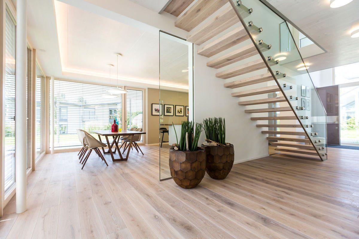 MusterHaus Bad Vilbel - Ein Wohnzimmer mit Möbeln und einem großen Fenster - Haus