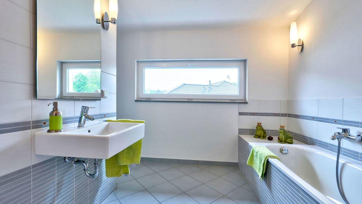 Musterhaus Frankfurt - Ein zimmer mit waschbecken und fenster - Bad