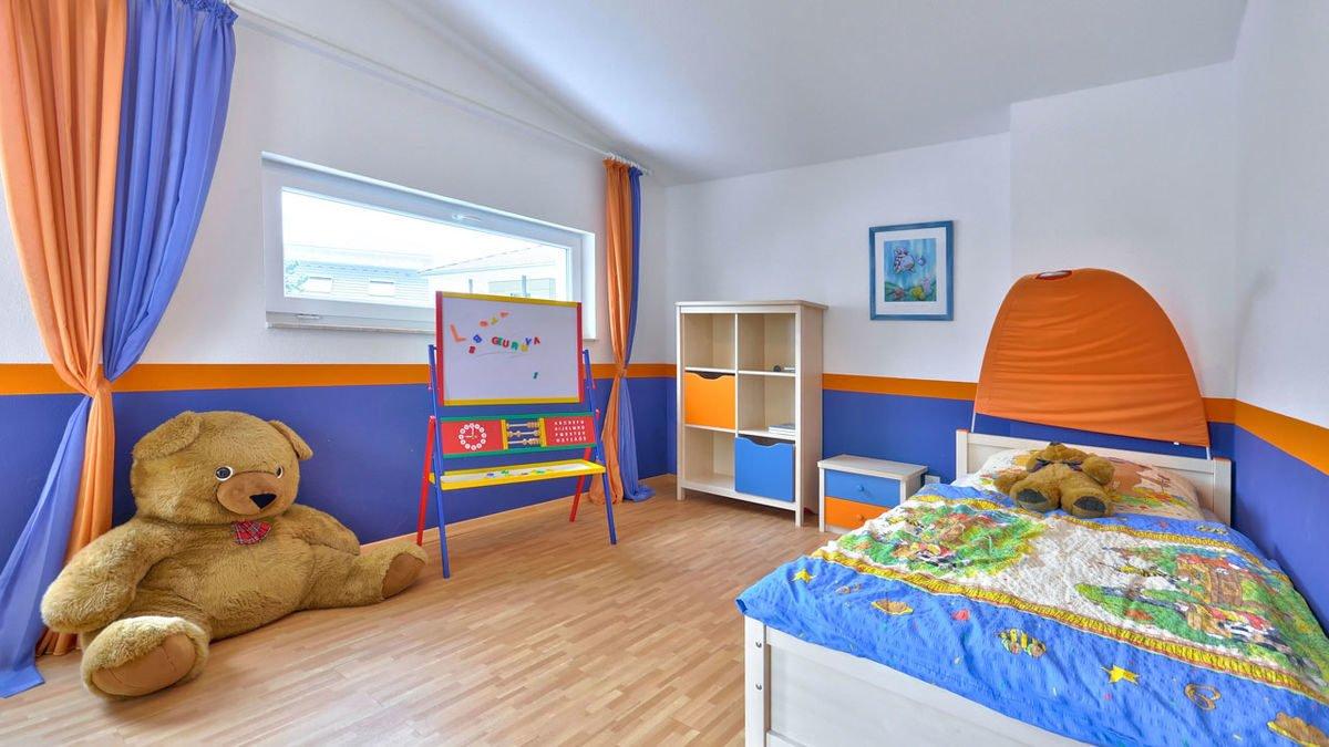 Musterhaus Frankfurt - Ein Schlafzimmer mit einem Stofftier auf einem Bett - HELMA