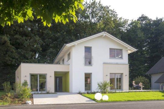 Musterhaus Bad Vilbel J 142 - Ein gelbes haus im hintergrund - Haus