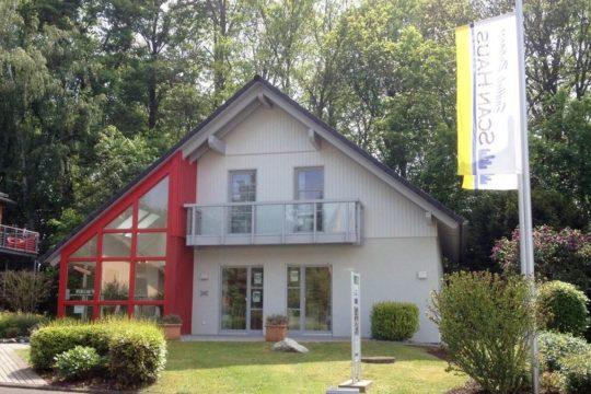 Musterhaus Bad Vilbel - Ein Baum vor einem Haus - ScanHaus - Musterhaus Bad Vilbel