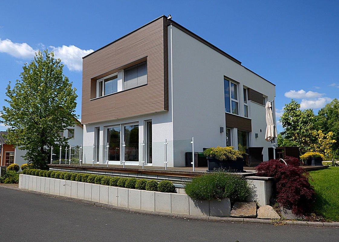 ELK Effizienzhaus 144 - Ein großes Backsteingebäude mit einer Uhr an der Seite eines Hauses - Haus