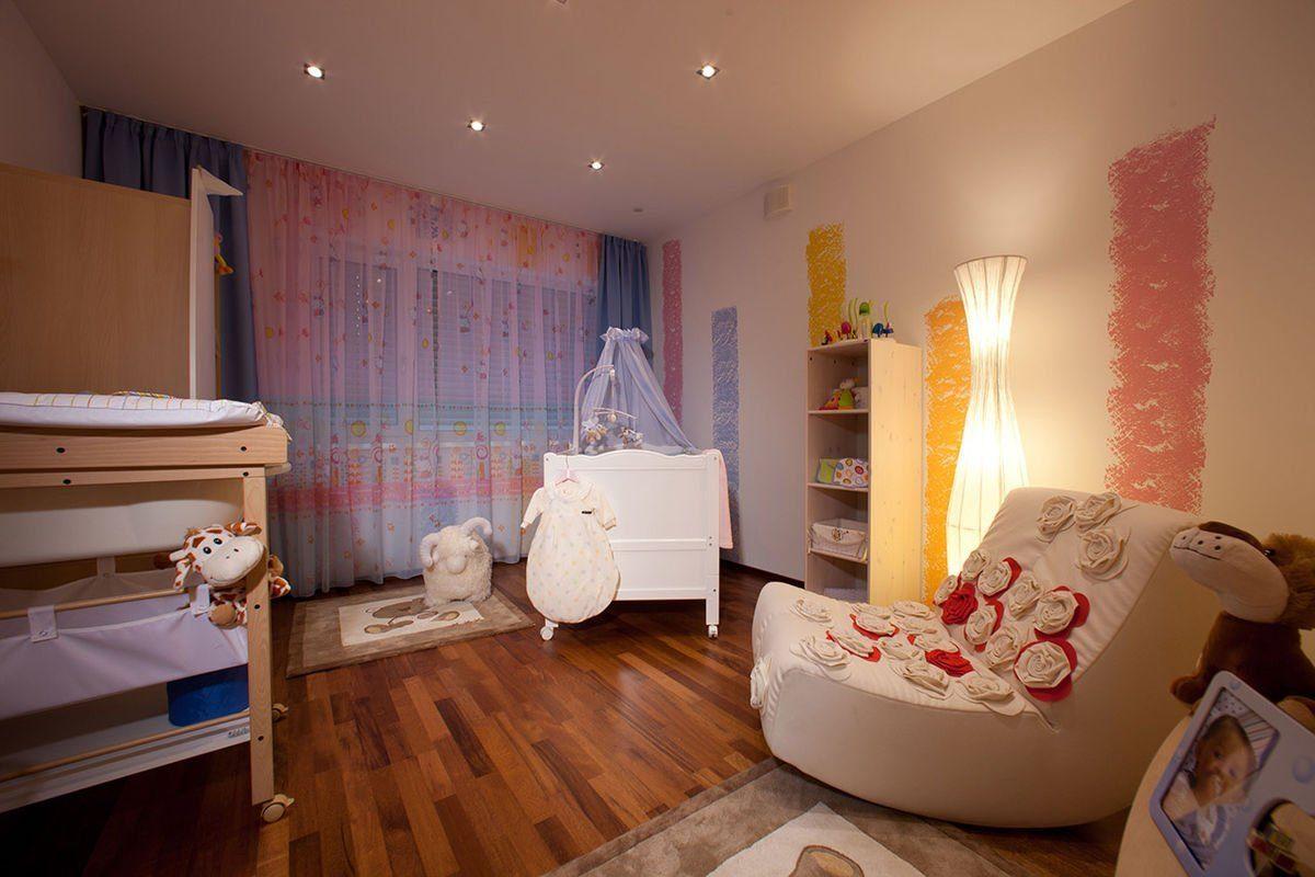 ELK Effizienzhaus 144 - Ein Wohnzimmer mit Möbeln und einem Flachbildfernseher - ELK Fertighaus GmbH