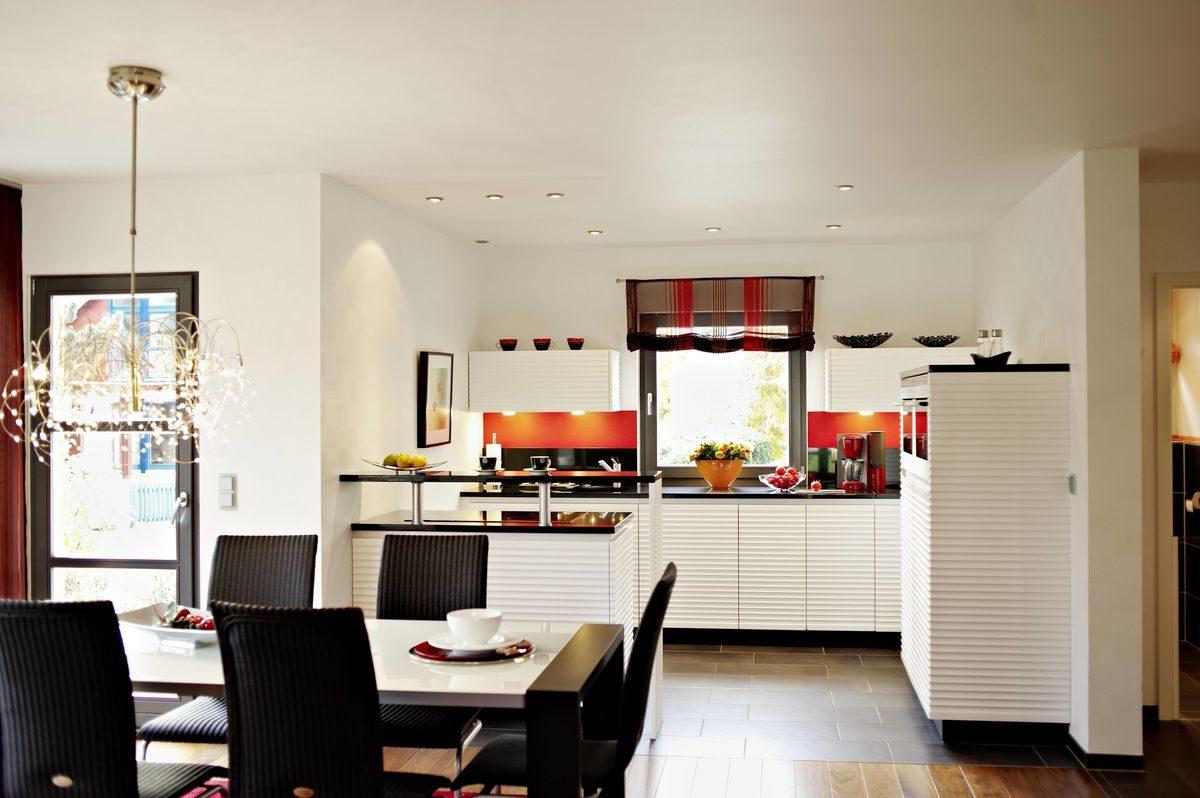 Musterhaus Valencia - Eine Ansicht eines mit Möbeln und einem Tisch gefüllten Wohnzimmers - Küche