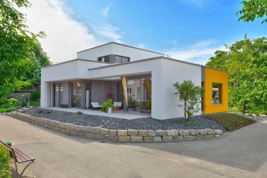 Casaretto - Ein Haus mit Bäumen im Hintergrund - Messehaus & Garten Fellbach