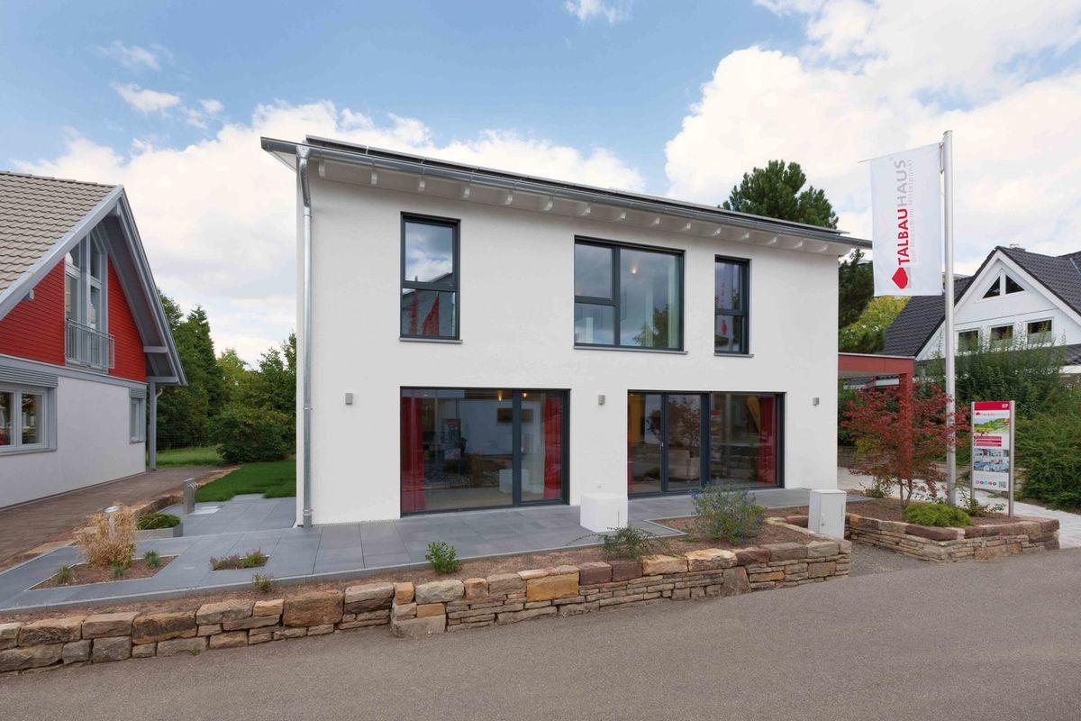 Musterhaus Fellbach - Ein Haus, das an der Seite eines Gebäudes geparkt ist - Haus zeigen