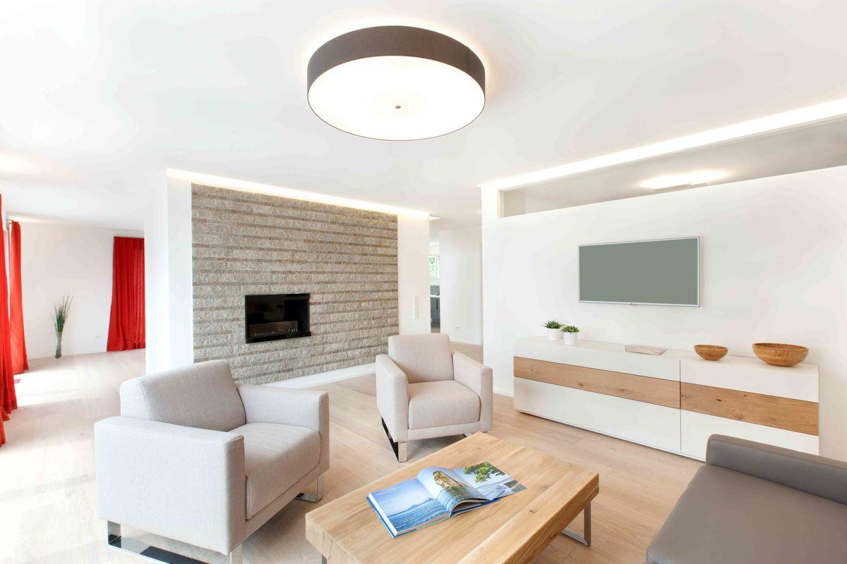 Musterhaus Fellbach - Ein Wohnzimmer mit Möbeln und einem Flachbildfernseher - Haus