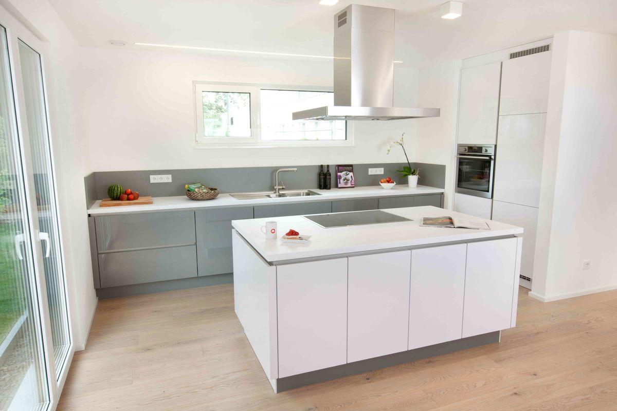 Musterhaus Fellbach - Eine küche mit waschbecken und kühlschrank - TALBAU-Haus