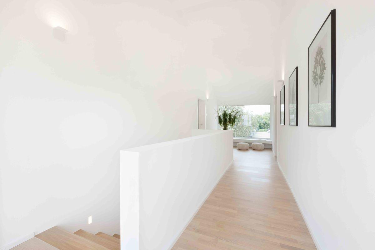 Musterhaus Fellbach - Ein großer weißer Raum - TALBAU-Haus