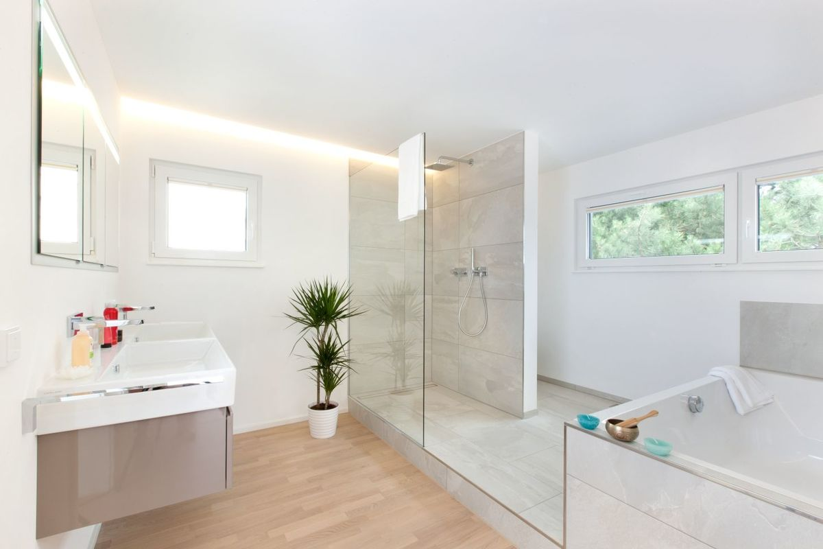 Musterhaus Fellbach - Eine große weiße Wanne neben einem Fenster - Bad