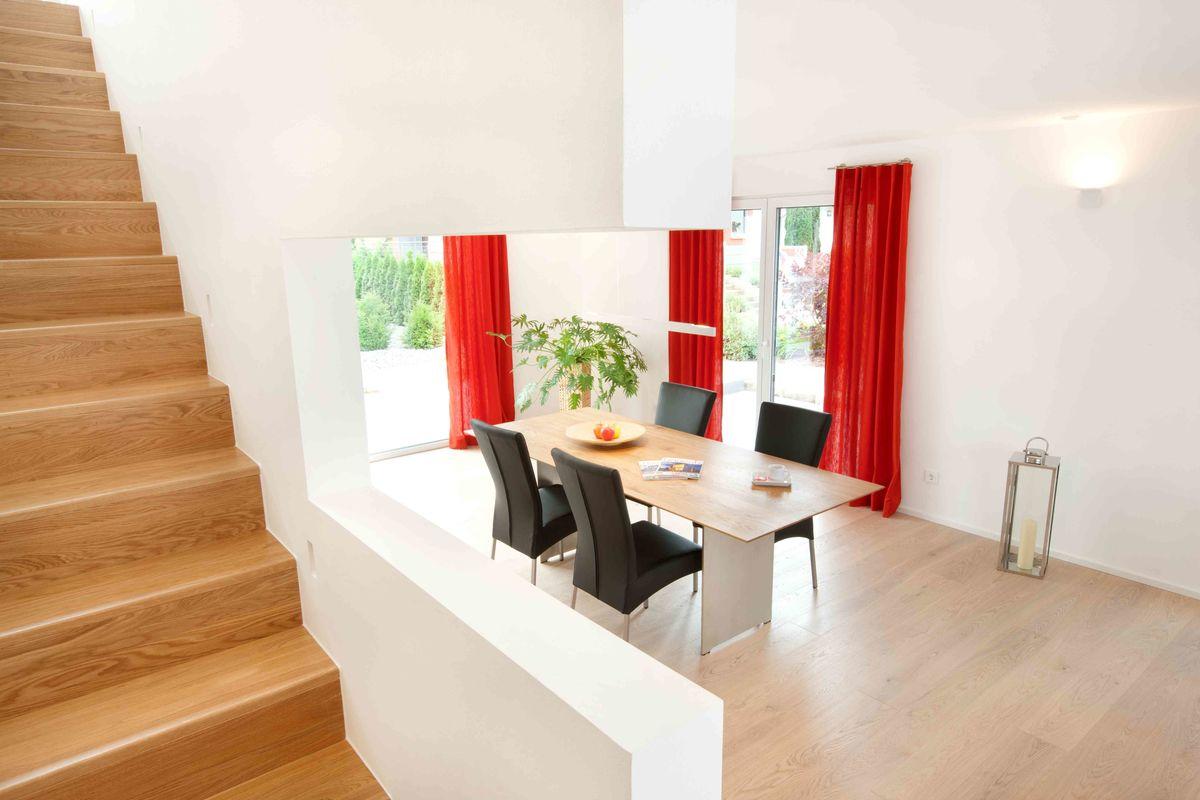 Musterhaus Fellbach - Ein Raum voller Möbel und ein großes Fenster - TALBAU-Haus