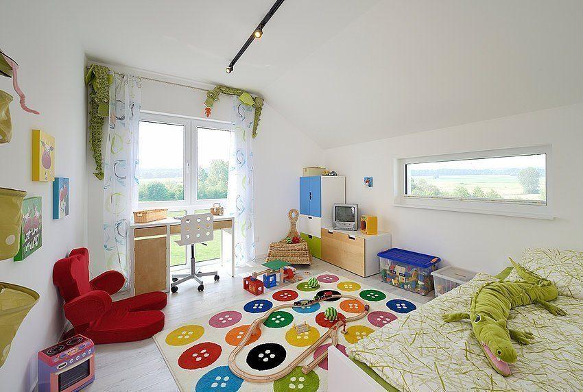Musterhaus Schkeuditz - Ein Schlafzimmer mit einer Blumenvase auf einem Tisch - Kamp